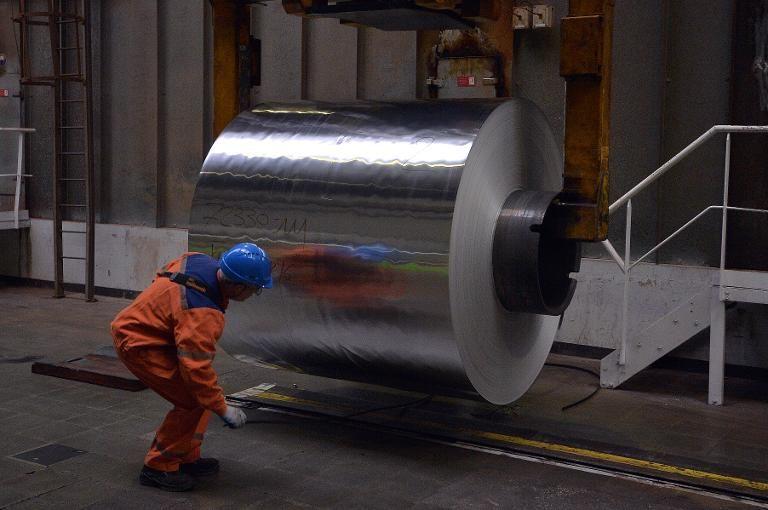un-ouvrier-decoupe-des-plaques-d-aluminium-a-l-usine-de-cons_1877880