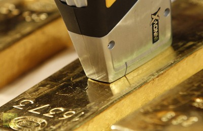 gold-employee-deutsche-bundesbank-uses-400x260